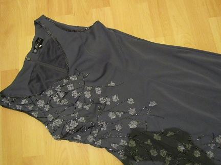 spoločenské šaty s našitými kvietkami a korálkami - Obrázok č. 1