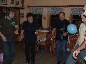 všichni tančí