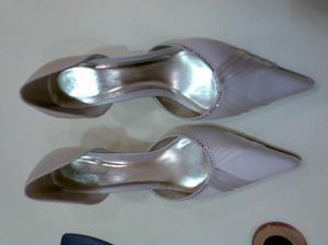 nádherné saténové boty v barvě slonovinové kosti - na obrázku to nevypadá a celkem za rozumnou cenu