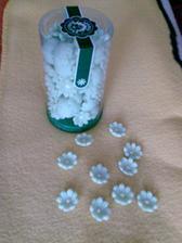 tyto marcipánové kytičky mám na ozdobu stulu, je jich cca 144ks v balení