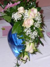 nakonec byla taková - nedodali jim pěkné růžové růže, tak mi radši udělali z krásných oranžovozelených (kytice byla snad hezčí než jsem chtěla a růže dlouho vydržely). Gerbery jsou z kytice maminek