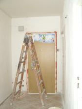 Zárubňa dverí začala korodovať bolo treba previesť ochranný náter proti korózii. Najvyšší čas, zárubňa už mala 5 rokov.