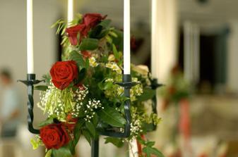 na stoloch budú svietniky s ružami