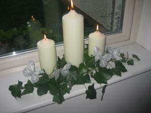 na hlavnom stole bude dvanásť sviečok ovinutých brečtanom a dva lampáše... tie som si ešte nevybrala:)