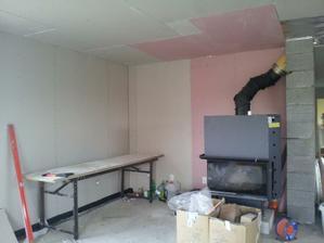 strop v obývačke do roviny, príde pás a oblúk nad kuchynskú linku