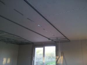 Tu príde zníženie stropu a další pás bodoviek