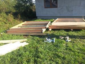 Začíname so stavbou garáže, panely som nachystal už dávnejšie