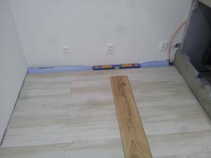 podlaha v obývačke hotovo aj za krbom