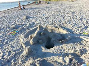 Boli sme na plaži vo vode sice plaval ľad, ale nekup sa aj hrad sme postavili