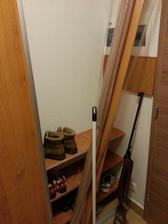 A miesto na topánky, nakoľko je to zadný vchod tak to bude otvorené