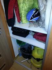 Polovička skrine mojej polovičky, tu budeme odkladať sezónne oblečenie.