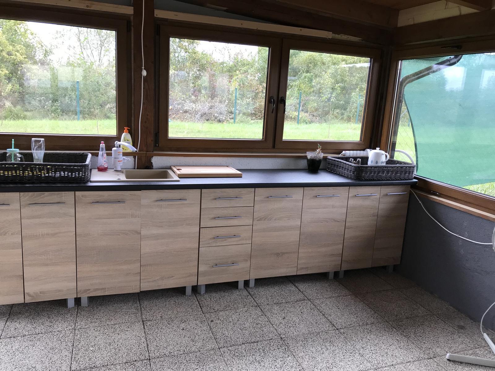 2018 - Do našej kuchyne na terase sme si už kúpili aj el gril a chystáme sa aj plynovú platňu na varenie