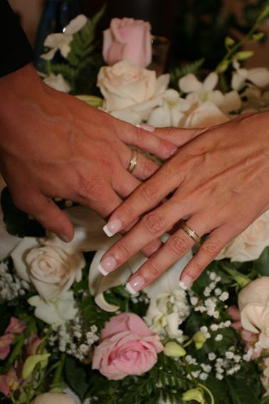 Z + I - zhruba nejako takto budú vyzerať naše prstienky, len aj biele zlato je matné - gravírované..