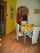 chodbo-jedáleň, v pozadí vstup do obývačky