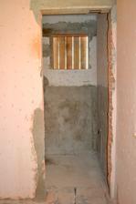 Okná nanovo vyburané komora  dvere spravené z kuchyne