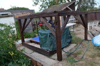 a dolu v záhrade natreté lazúrou ako zaklad domčeka pre deti