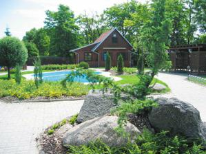 upravena zahrada s bazenem:)