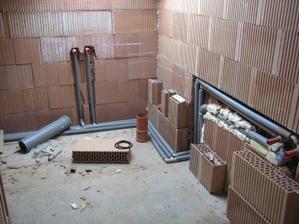 27.5.2012 - horní koupelna - odpady + voda k vaně a umyvadlu připravena :-)