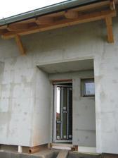27.5.2012 - zateplení hotové, časem bude i fasádka s barvičkou :-) a nad dveřmi se nám zabydlela nová ptáčata :-) první obyvatelé domečku :-)