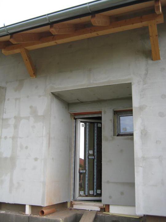 Milenium 229 - 27.5.2012 - zateplení hotové, časem bude i fasádka s barvičkou :-) a nad dveřmi se nám zabydlela nová ptáčata :-) první obyvatelé domečku :-)