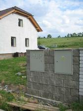27.5.2012 - také kiosek hotový, připravený k zapojení elektriky