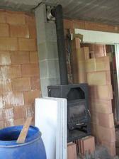 27.5.2012 - prozatímní krbová kamna, aby manželovi nebyla při práci zima :-) na krbík stále čekáme, ještě nemáme vybráno to pravé....