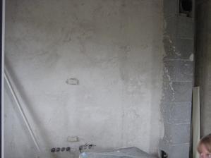 6.7.2012 - omítky zatím jen nahrubo - nevyštukováno. Připraven krk za televizí na kabely, máme ve všech pokojích....