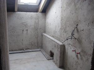 6.7.2012 - omítky zatím jen nahrubo - nevyštukováno, tady se bude pak rovnou obkládat - horní koupelna.