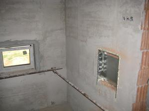 6.7.2012 - omítky zatím jen nahrubo - nevyštukováno. Krabice na rozvody podlahového topení na schodišti. Málem mě ranil šlak, když jsem to tam viděla. Manžel přendal do šatny, odsud ta opičárna zmizela :-) uffffff