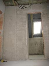 6.7.2012 - omítky zatím jen nahrubo - nevyštukováno. Pohled do koupelny ze schodiště.