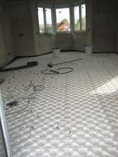 28.9.2012 - pokládáme podlahové topení v celém domku - kuchyň s obývákem