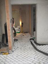 """28.9.2012 - pokládáme podlahové topení v celém domku - pohled z obýváku do chodby a """"bývalé"""" garáže"""