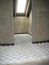 28.9.2012 - pokládáme podlahové topení v celém domku - horní koupelna