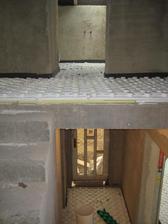 28.9.2012 - pokládáme podlahové topení v celém domku - spodní patro vchod do domu, horní patro pohled do koupelny