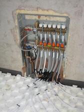28.9.2012 - pokládáme podlahové topení v celém domku - rozvody v horním patře v šatně