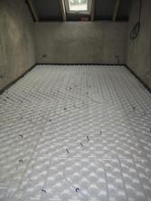 28.9.2012 - pokládáme podlahové topení v celém domku - ložnice