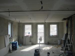 10.3.2013 - Pomalu se rýsují sádrokartony na spodním patře.