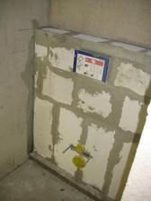 31.3.2013 - příprava spodního WC na obklad. Tady to asi vyhraje RAKO Coral v bílé verzi. (pozn. 05/2013 - tak nakonec to vyhrál RAKO fashion v šedo-bílé verzi :-)))