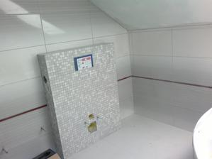 25.4.2013 - horní koupelna již kompletně obložená a vyspárovaná. Teď už jen aby nám pustili vodu a bylo čím poumývat. Bez vody se těžko myje a nejbližší dostupná voda je u hydrantu asi 500 metrů od domu :-(