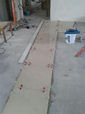 23.4.2013 - začínáme pokládat dlažbu v kuchyňské části od dilatační spáry, aby mohla být zaměřena kuchyň a začlo se na ní pracovat