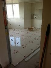 25.4.2013 - a po dvou dnech práce půlka místnosti hotová, dlažba položená. Už jen vyspárovat.