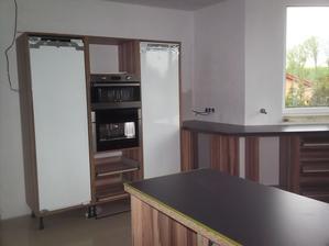 10.5.2013 - třetí den montáže kuchyně - lednice, mrazák, mikrovlnka a kávovar osazeny na svá místa  :-)