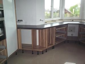 10.5.2013 - třetí den montáže kuchyně - parapet do výklenku je ve výrobě, bude stejný jako pracovní deska.