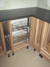 10.5.2013 - třetí den montáže kuchyně - taky pár výsuvů, ale ne moc, je to drahé a moc se tam toho nevejde :-) kde se dá, volím police nebo šuplíky.