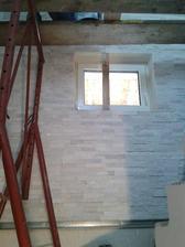 5.6.2013 - první den obkladu schodišťové stěny přírodním obkladovým kamenem - křemen - barva bílá