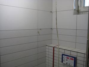 6.6.2013 - spodní WC obloženo, už jen vyspárovat.