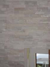 6.6.2013 - schodišťová stěna obložena. Přírodní kámen - křemen, barva bílá.