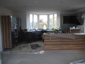 17.9.2013 - kuchyň ještě hodně neutišená, prozatím nesloupané ochranné folie z dvířek. Chybí ještě sokly, nějaké poličky ve skříňkách... ještě na den práce v dodělávkách a pak pořáááádný úklid :-))