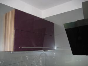 17.9.2013 - horní skříňka má již sloupnutou ochrannou folii. Barva dvířek vysoký lesk fialová, korpus karibský ořech