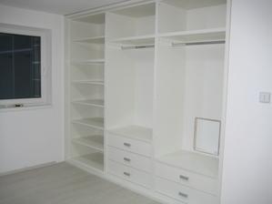 22.10.2013 - dnes namontované vestavné skříně v dětských pokojích, ještě bez dveří, ty se dodělají zítra... jsem moc spokojená, jsou krásné, velké, prostorné. Vejde se tam hoooodně hadříků :-)